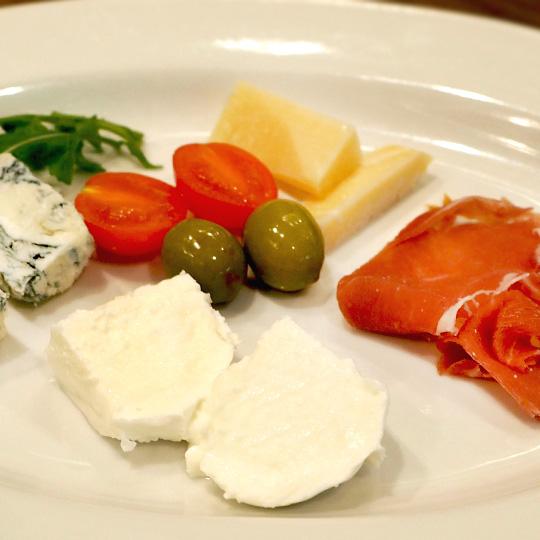 3種のイタリア産チーズとパルマ産生ハムの盛り合わせ