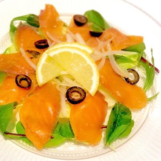 スモークサーモンの彩りサラダ
